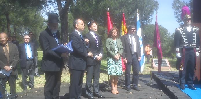 Acto de Yom Hashoá frente al Monumento a las Víctimas del Holocausto (Parque Juan Carlos I, Madrid, 27/4/2014)