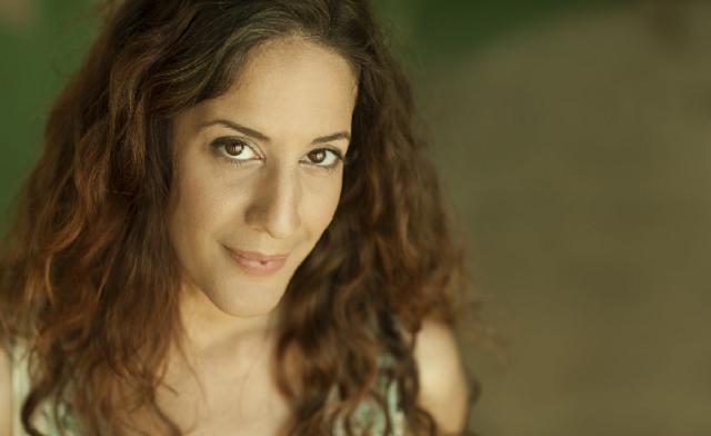 Shiri Golan rinde homenaje a Esther Ofarím
