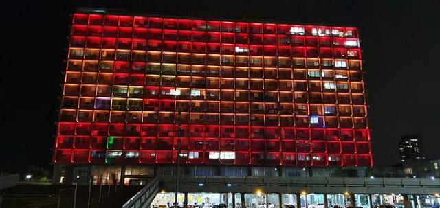 Tel Aviv se ilumina en solidaridad con España, con el embajador de España en Israel, Manuel Gómez-Acebo