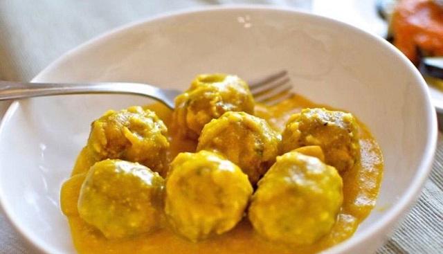 Albondiguitas de pescado con salsa de limón y huevo