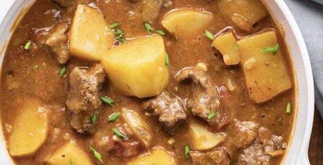Carne guisada con patatas y orégano