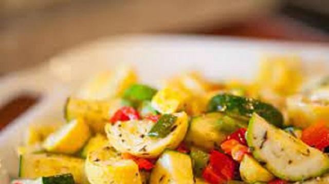 Ensalada de champiñones y pescado y cazuela de verduras al ajillo: cocina judía mediterránea